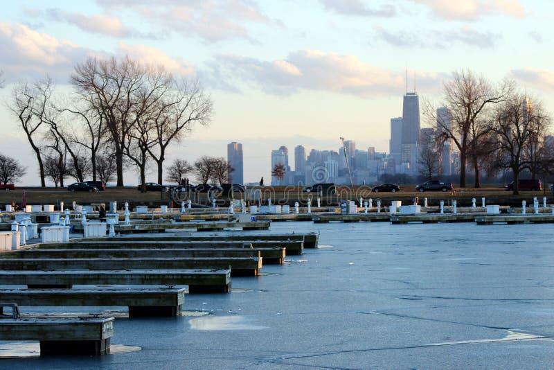 Chicago-Winter-Szenen-leere Boots-Docks und Skyline lizenzfreies stockbild