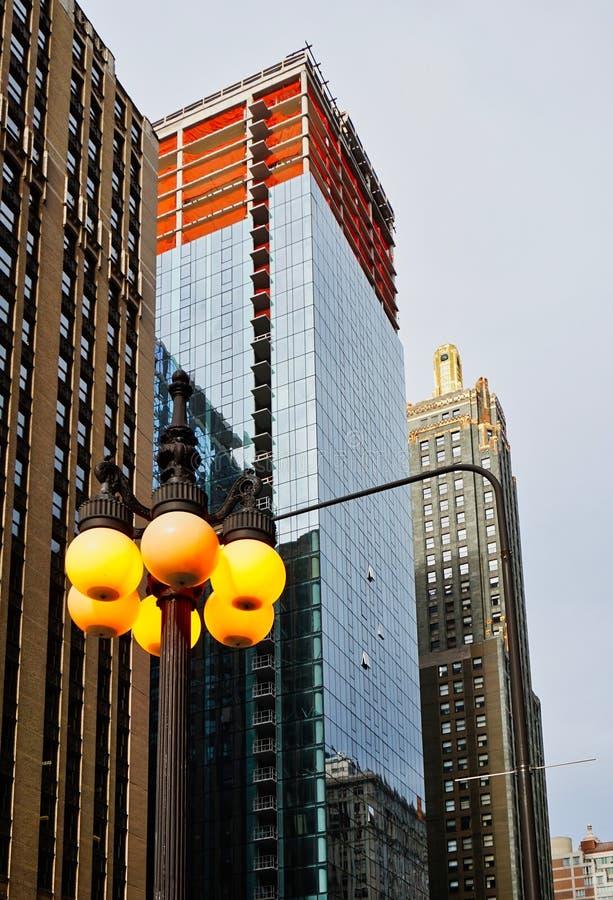 Chicago-Wolkenkratzer und Lit-Straßenlaterne stockbilder