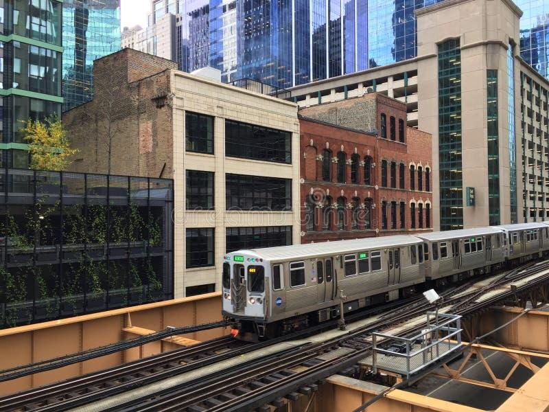 Chicago wynosił pociąg El na śladach w w centrum pętli zdjęcie stock