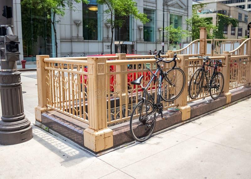 Chicagos Y-förmiges städtisches Gerät zeigte auf einer Straßenlaterne und in Form einer Blume auf dem rostigen Zaun um ein Treppe lizenzfreies stockfoto