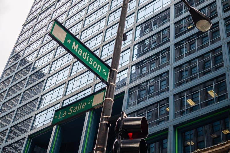 Chicagowscy miast drapacz chmur, Madison i losu angeles Salle ulicy krzyżuje zieleń znaki, obrazy royalty free