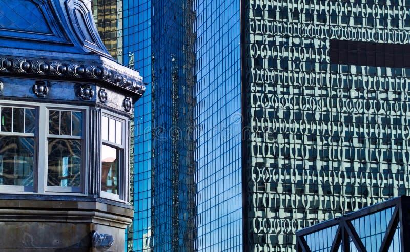 Chicagowscy W centrum starzy i nowi budynki przy Chicagowską rzeką zdjęcia royalty free