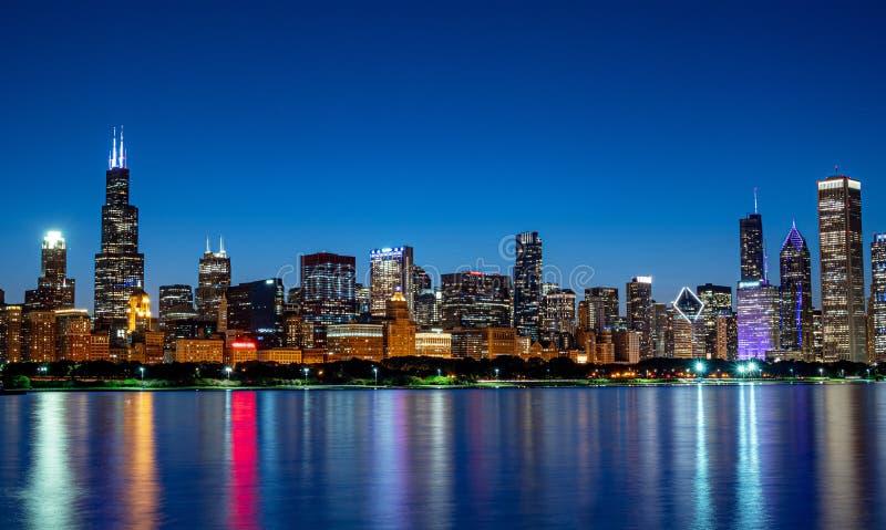 Chicagowska linia horyzontu w wiecz?r fotografia stock