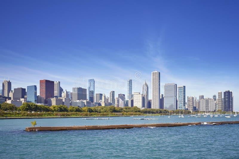 Chicagowska nabrzeża i miasta linia horyzontu na słonecznym dniu, usa zdjęcia stock