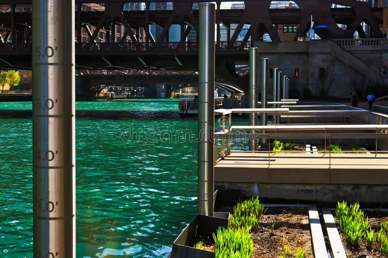 Chicagowska rzeka z pomiarów słupami, spławowymi ekosystemu ogródu łóżkami i połowów molami wzdłuż riverwalk, fotografia stock