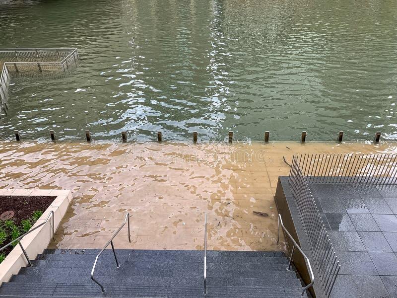Chicagowska rzeka zalewająca i zanurza riverwalk fotografia stock