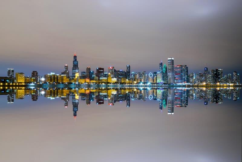 Chicagowska ` s linia horyzontu Odzwierciedlająca obrazy stock