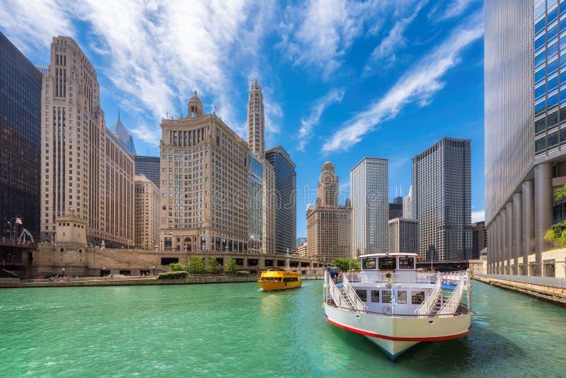 Chicagowski ?r?dmie?cie i Chicago rzeka przy lato czasem w Chicago, Illinois zdjęcia royalty free