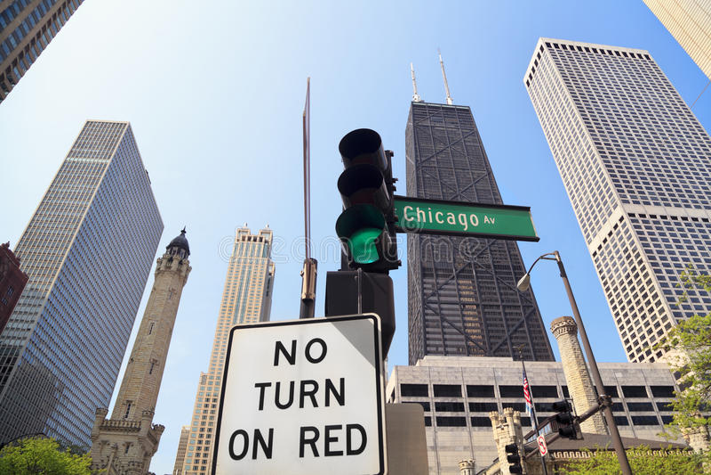 Chicagowski aleja znak, wieża ciśnień i John Hancock budynek, obrazy stock