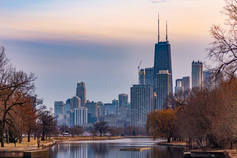 Chicagowski linia horyzontu od Południowej laguny w Lincoln parku zdjęcia royalty free