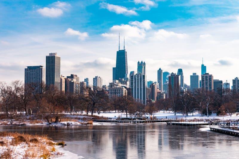 Chicagowski linia horyzontu przeglądać od Południowego stawu w Lincoln parku Chicago zdjęcia royalty free