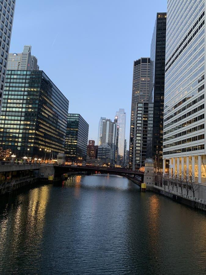 Chicagowski street view w Mrocznym zmierzchu obrazy royalty free