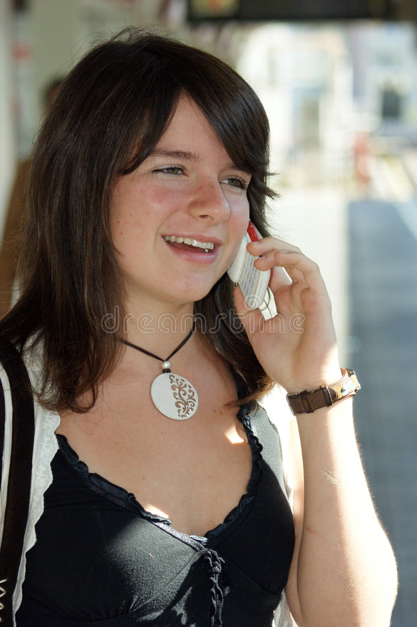 Chicas jóvenes con un teléfono móvil. fotos de archivo libres de regalías