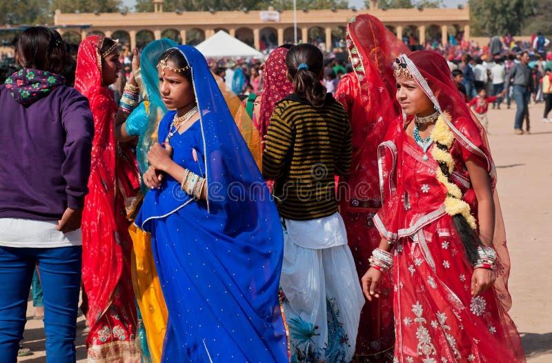 Chicas jóvenes en caminar tradicional de las saris imagenes de archivo