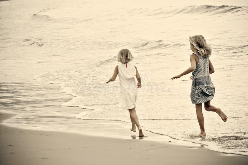 Chicas jóvenes en la playa fotografía de archivo