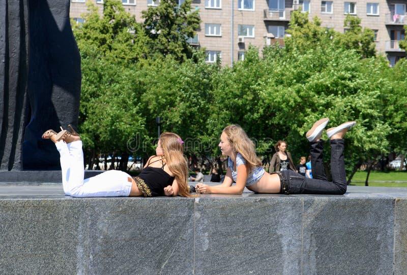 Chicas jóvenes en un día de verano en Novosibirsk imagen de archivo