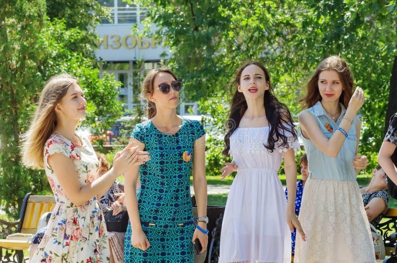 Chicas jóvenes en un paseo en el parque de la ciudad imagen de archivo libre de regalías