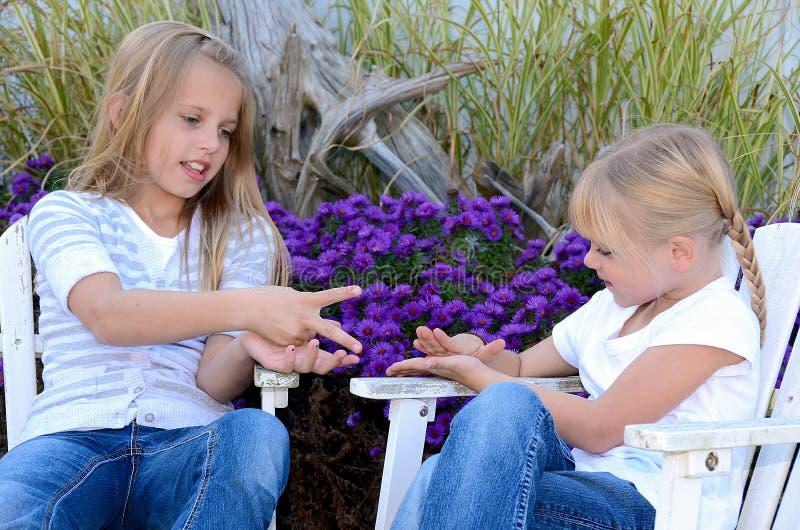 Chicas jóvenes que juegan al juego de la mano imágenes de archivo libres de regalías