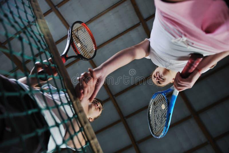 Chicas jóvenes que juegan al juego del tenis de interior imágenes de archivo libres de regalías