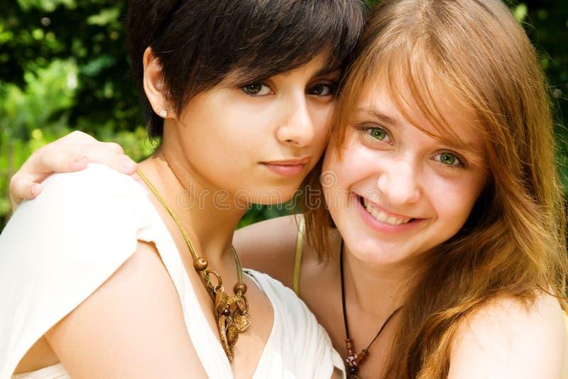 Chicas jóvenes sonrientes fotos de archivo