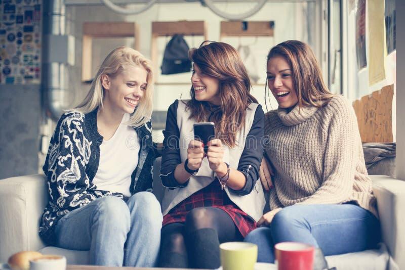 Chicas jóvenes un café imagen de archivo libre de regalías