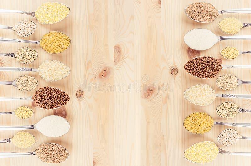 Chicchi in cucchiai sul bordo di legno beige come fondo decorativo Vista superiore fotografia stock