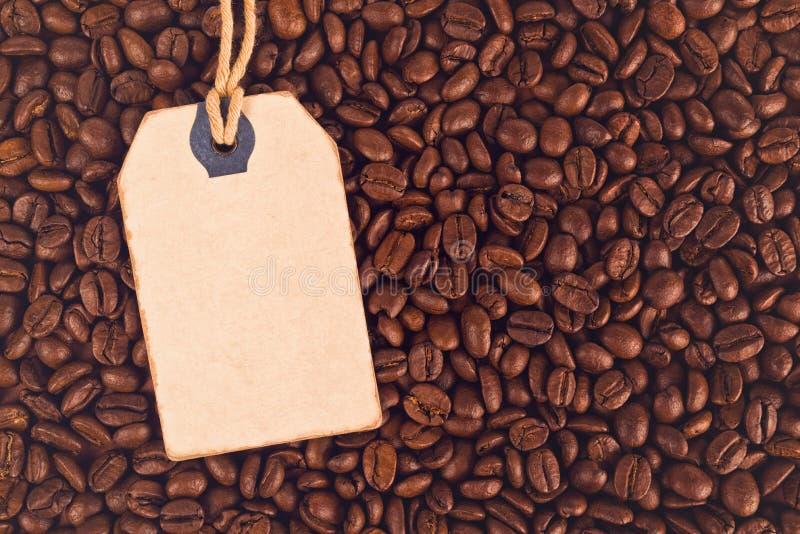 Chicchi d'annata dell'etichetta e di caffè del prezzo da pagare di sconto in bianco immagine stock