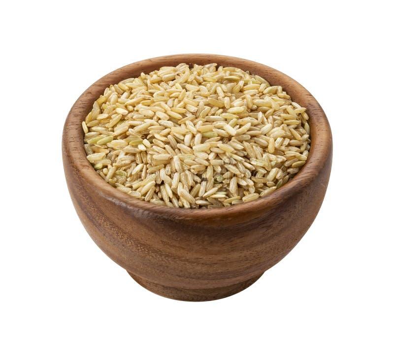 Chicchi del riso sbramato in ciotola di legno isolata su fondo bianco immagine stock libera da diritti