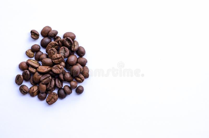 Chicchi di caffè al forno medi immagine stock