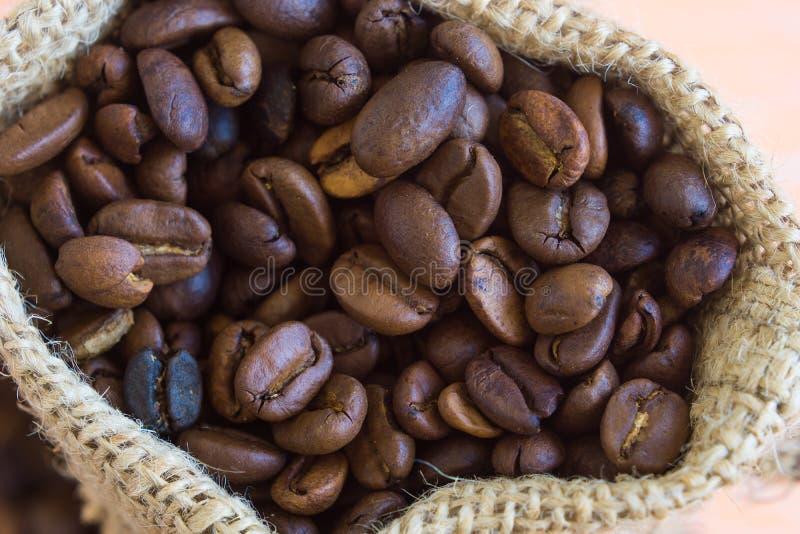 Chicchi di caffè aromatici in sacco immagini stock