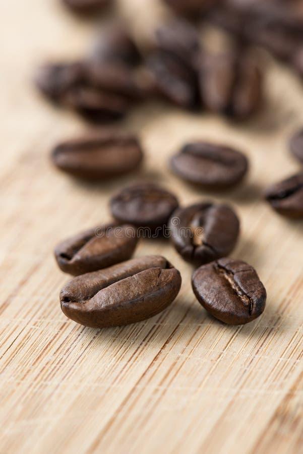 Chicchi di caffè a bordo fotografia stock libera da diritti