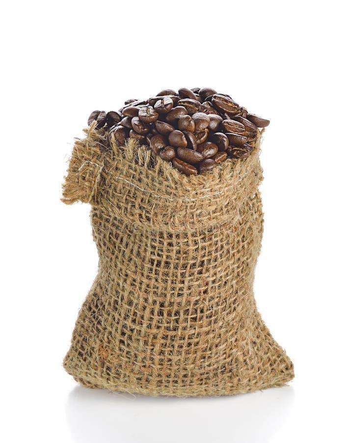 Chicchi di caffè in borsa isolata su fondo bianco fotografie stock libere da diritti