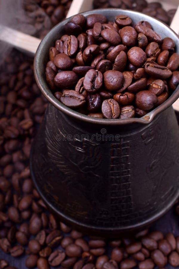Chicchi di caffè caldi di recente arrostiti in un cezve fotografie stock libere da diritti