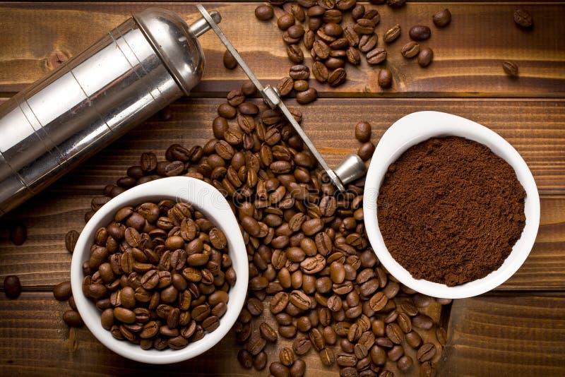 Chicchi di caffè con caffè macinato e la smerigliatrice immagine stock