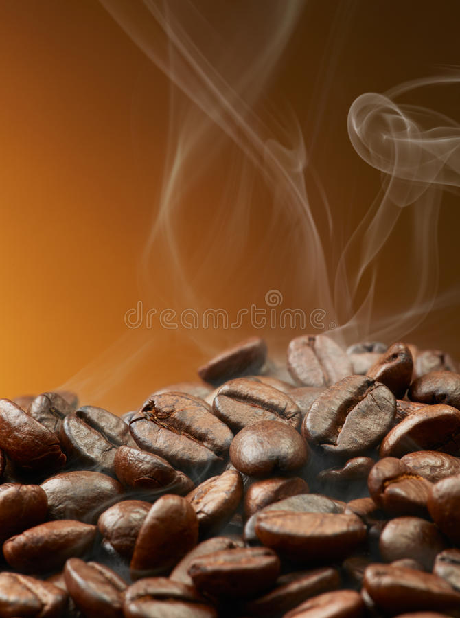 Chicchi di caffè con fumo fotografia stock