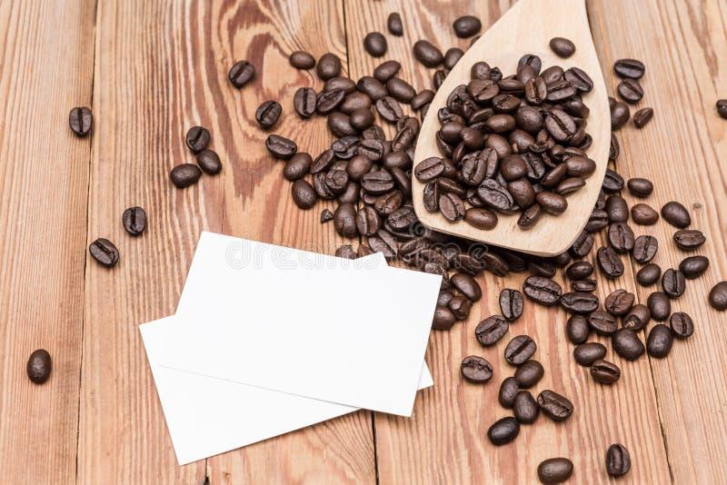 Chicchi di caffè con il biglietto da visita fotografie stock libere da diritti