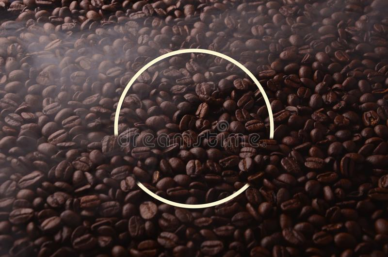 Chicchi di caffè con l'elemento creativo del cerchio per gli usi grafici fotografia stock