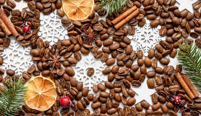 Chicchi di caffè con le spezie dell'aroma ed il fondo delle decorazioni di natale immagine stock