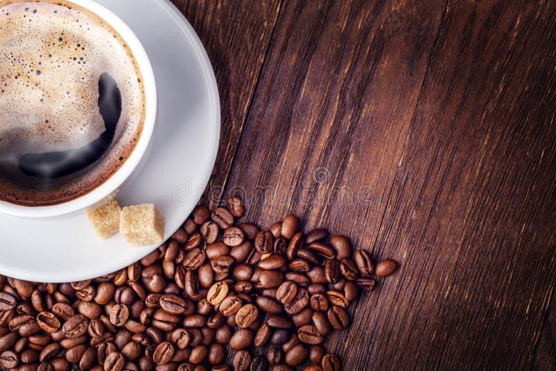 Chicchi di caffè della tazza di legno fotografie stock