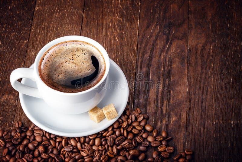 Chicchi di caffè della tazza di legno fotografia stock