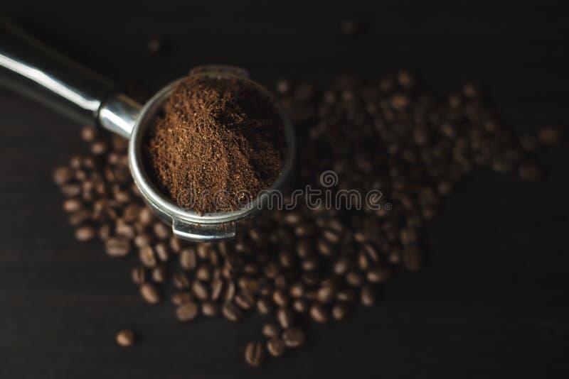 Chicchi di caffè e polvere a terra immagine stock