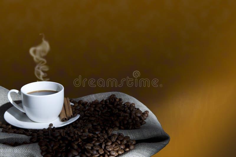 Chicchi di caffè e tazza di caffè, collage fotografia stock libera da diritti