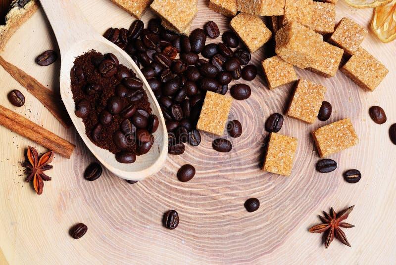 chicchi di caffè e zucchero di canna marrone fotografie stock