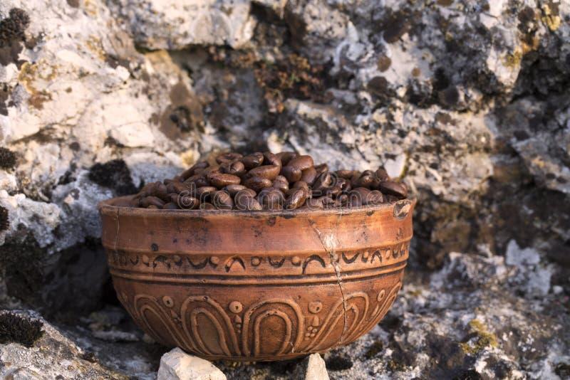 Chicchi di caffè nella ciotola ceramica fotografia stock libera da diritti