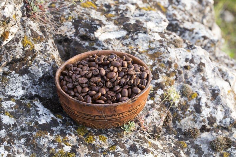 Chicchi di caffè nella ciotola ceramica fotografie stock libere da diritti