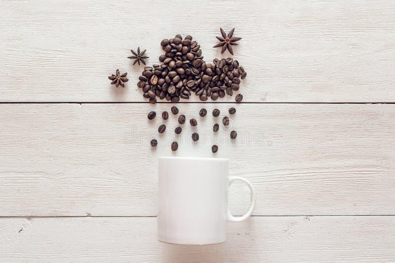 Chicchi di caffè nella forma della nuvola piovosa con le stelle ed il bianco dell'anice fotografia stock