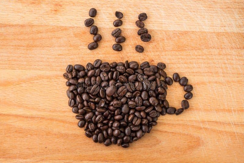 chicchi di caffè nella forma della tazza fotografie stock libere da diritti
