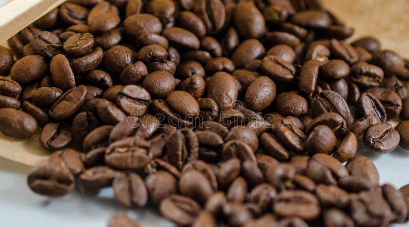 Chicchi di caffè in sacco di carta immagini stock libere da diritti