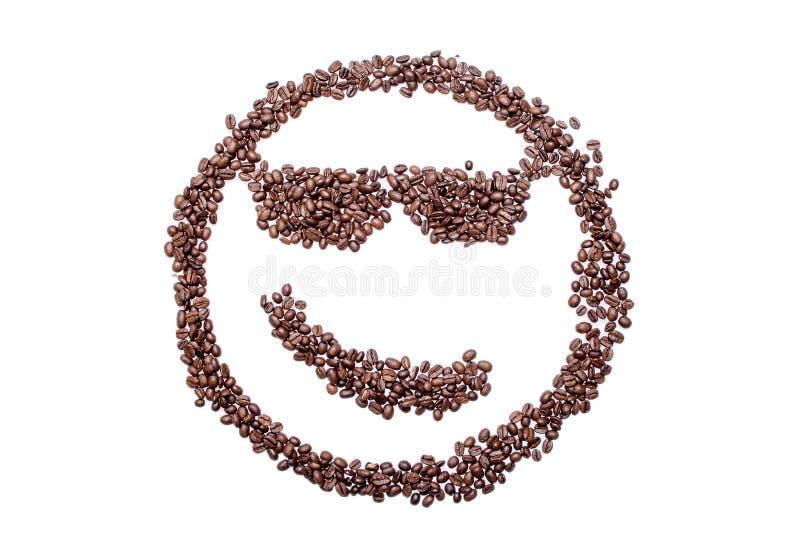 Chicchi di caffè sorridente di sorriso doloso dagli occhiali isolati su un fondo bianco fotografia stock