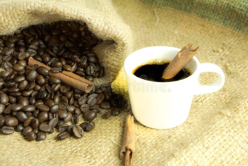 Chicchi di caffè su fondo d'annata fotografia stock